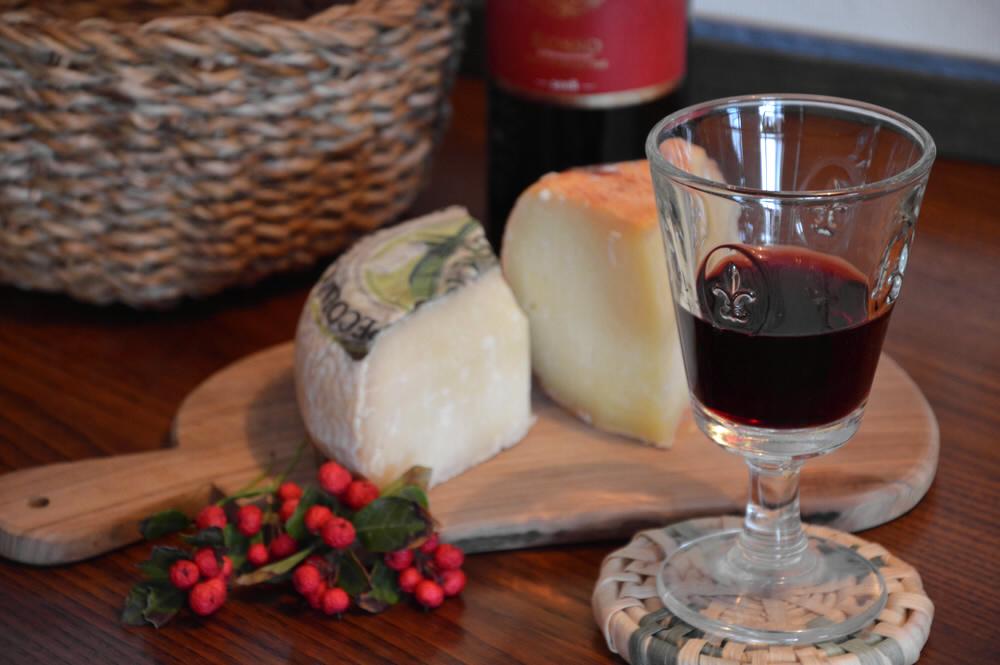 Rotwein-und-Kaese